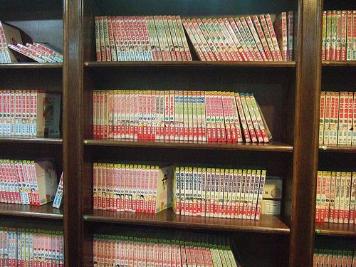 Juste une poignée des milliers de volumes disponibles dans un Manga Kissa.