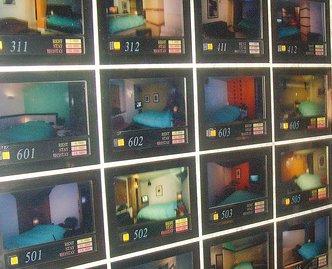 Dans certains Love Hotel, on peut choisir sa chambre en appuyant sur le bouton correspondant a la photo de celle-ci.