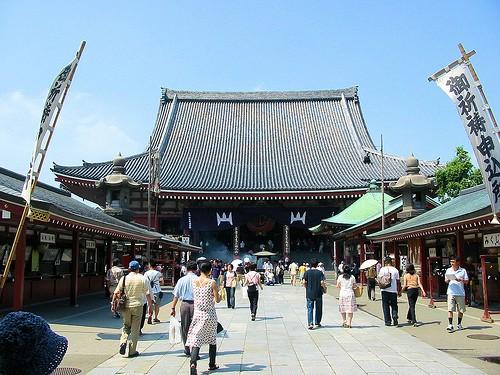Le plus ancien temple bouddhiste de Tokyo, celui d'Asakusa, est très populaire. Beaucoup de touristes s'y mêlent aux nombreux japonais qui le visitent. Autour du temple, de très pittoresques boutiques traditionnelles vendent nourriture et souvenirs.