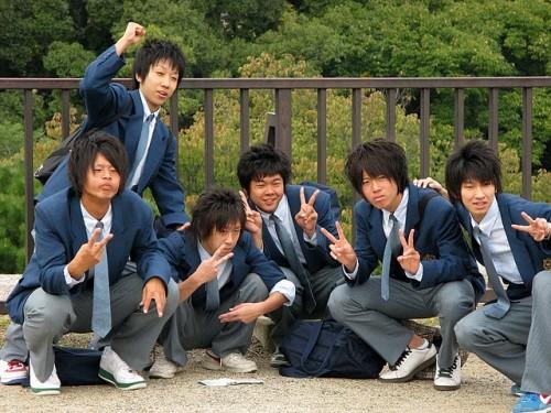 Des lycéens très heureux qu'on leur ai demandé de poser pour la photo. Remarquez le geste qui, au Japon, indique la joie, la gaieté.