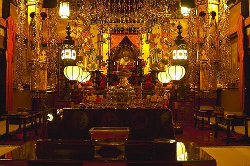 Ces ornementations d'or dans le temple de Koyasan, contrastent fortement avec la simplicité et la sérénité de la nature alentour.