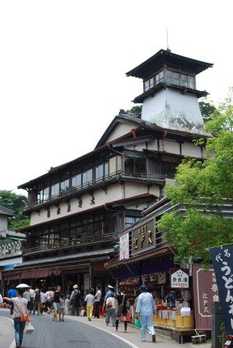 Il y a très peu de bâtiments aussi vieux que ce ryokan de bois de 1935, dans la ville de Narita, près de l'aéroport de Tokyo-Narita.