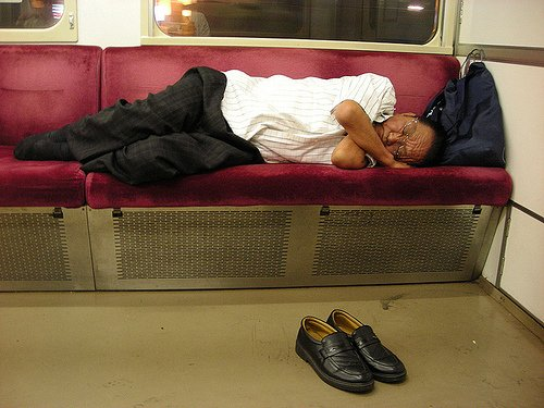 Si dormir de la sorte dans un train peut sembler confortable, c'est en fait peu recommandé: la plupart des trains ne roulent pas la nuit, et vous pourriez vous retrouvez débarqué n'importe où.