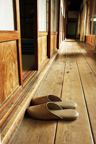 Vous devrez porter des patins dans les couloirs, mais vous devrez les laisser à l'extérieur des chambres, afin de ne pas endommager les délicats sol de tatami.