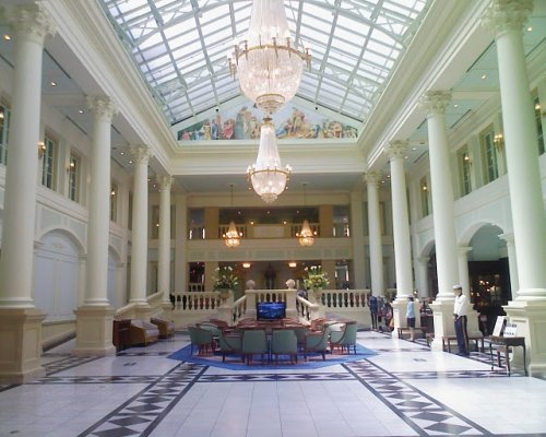 Le lobby de l'Hôtel Amsterdam de la préfecture de Nagasaki, particulièrement grand et spacieux, il est aussi différent de la maison typique japonaise qu'il est possible.