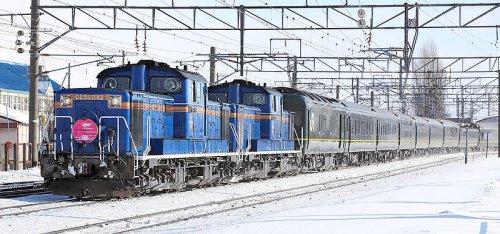 Après un long voyage de nuit depuis Osaka, le Twilight Express arrive près de Sapporo, sa destination finale.