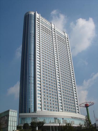 Les plus grands et les plus récents hôtels sont généralement considérés les meilleurs et les plus prestigieux. Alors le Tokyo Dome Hotel, montré ici, doit être vraiment très bien.