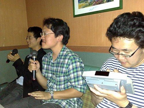 Ces étudiants de Gifu chantent pendant que leurs amis choisissent le prochain morceau.