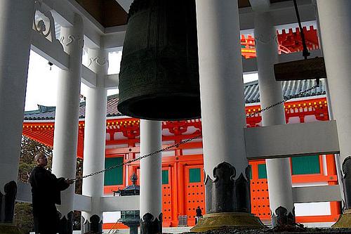 Cette cloche est tellement grosse, que c'est un tronc d'arbre suspendu au plafond qui la fait sonner.