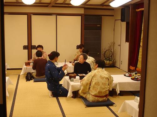 Dans les ryokans, le dîner est servi dans un réfectoire, où les clients peuvent s'habiller du yukata.