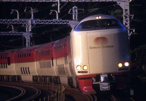Le Sunrise Express, qui relie Tokyo et les villes de l'ouest du Japon, ainsi que l'île de Shikoku, photographié ici dans la banlieue du grand Tokyo.