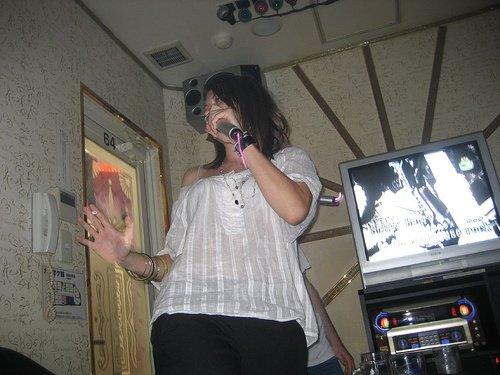 Une chanteuse passionnée d'un karaoké box de Tokyo.